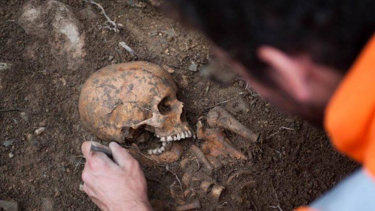 886b41ba1d39efabc9506fb44a126c1e-video-fouilles-archeologiques-rennes-le-squelette-antique-d-un-ado-decouvert-dans-une-necropole