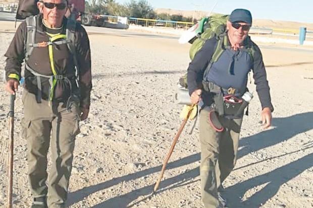 d-les-deux-marcheurs-ont-parcouru-deja-900-km-en-23-jours-5d294